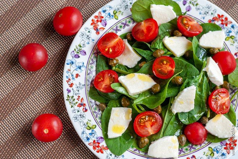 Салат со шпинатом, черри и моцареллой