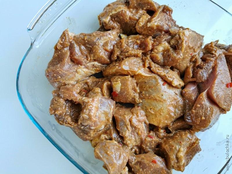 Выкладываем промаринованное филе в форму для запекания в духовке