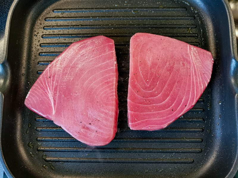 Стейк тунца на сковороде-гриль