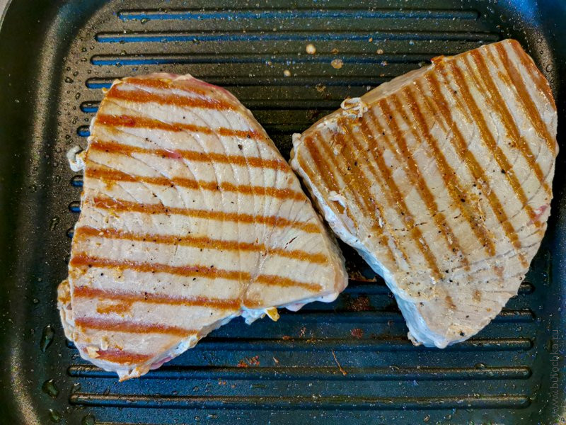 Готовим стейк из тунца на сковороде-гриль
