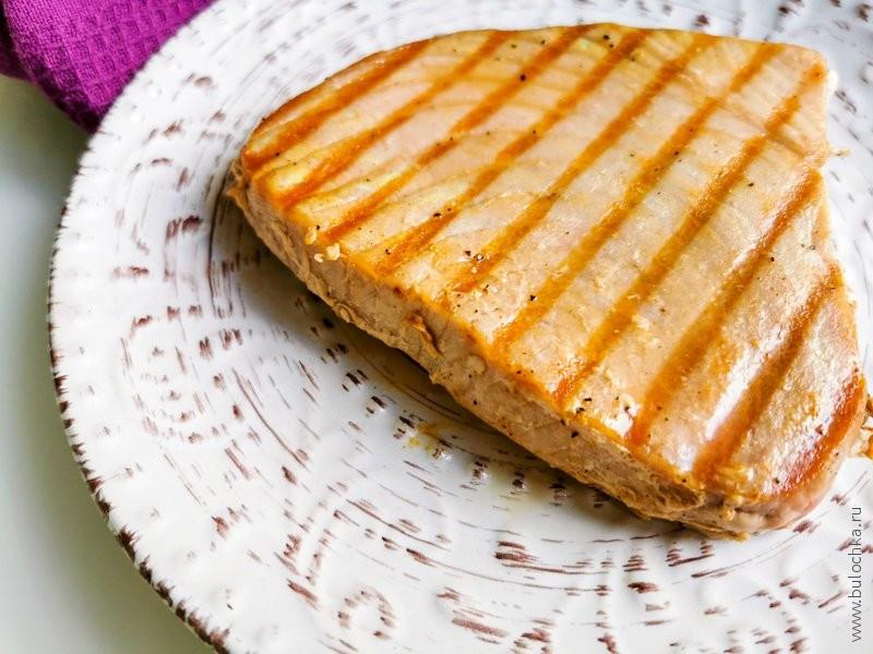Готовые стейки тунца, приготовленные на на сковороде-гриль