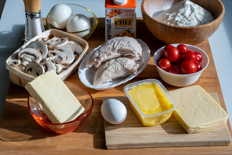 Ингредиенты на киш с курицей и грибами