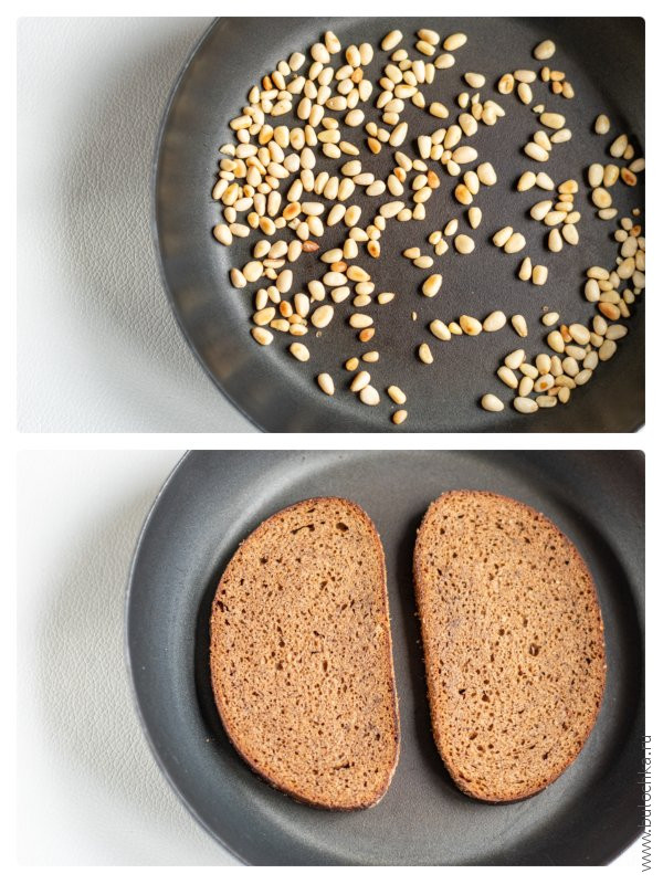 Жарим кедровые орешки для пюре и подсушиваем хлеб для бутербродов