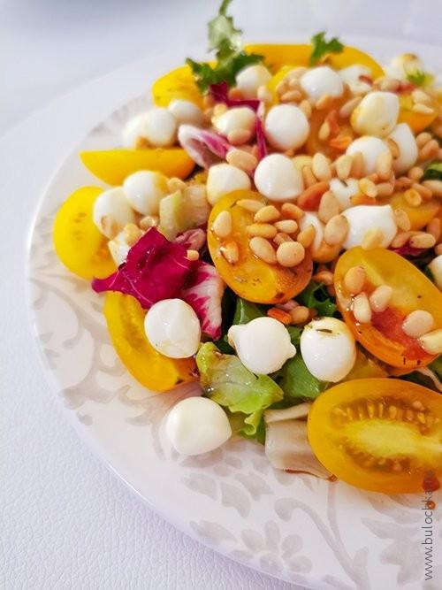 Рецепт с фото — салат-микс с шариками Моцареллы