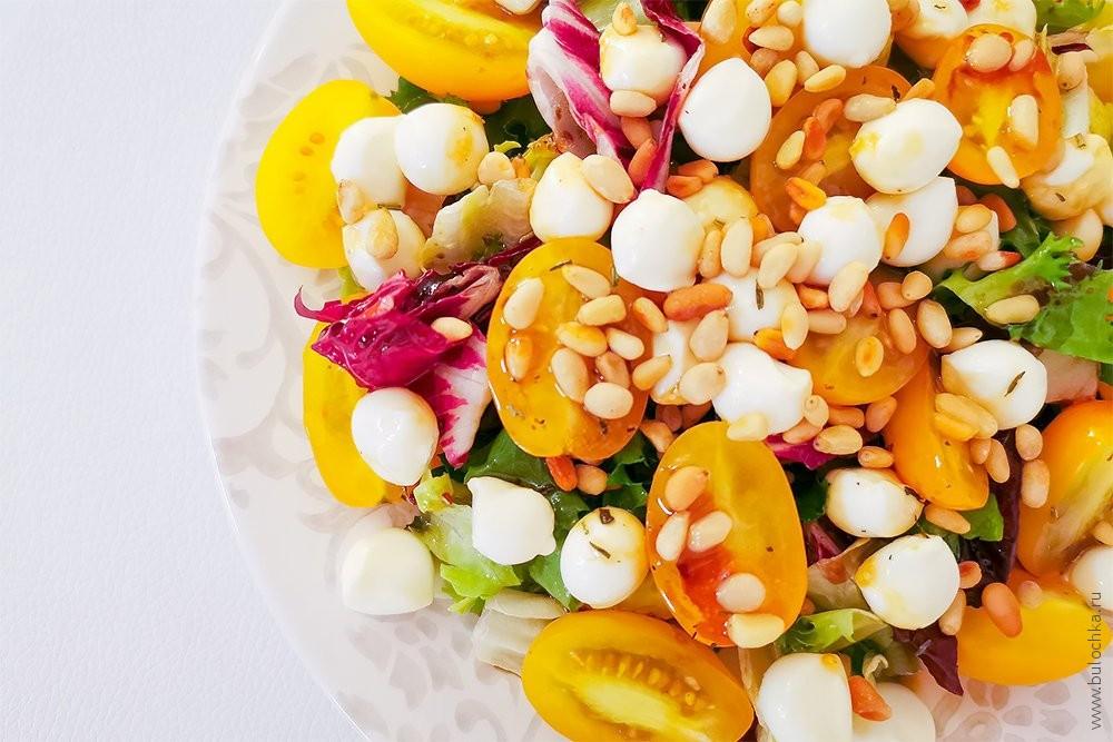 Яркий салат-микс сшариками Моцареллы