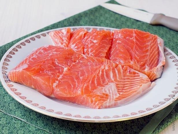 Разрезаем рыбу пополам вдоль хребта, убираем кости