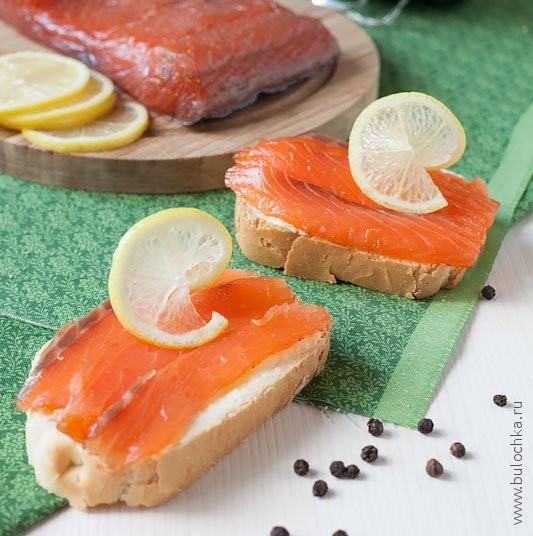 Готовая солёная красная рыбка и бутерброды из неё