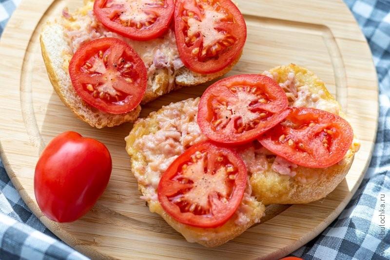 Горячие бутерброды сыром и ветчиной