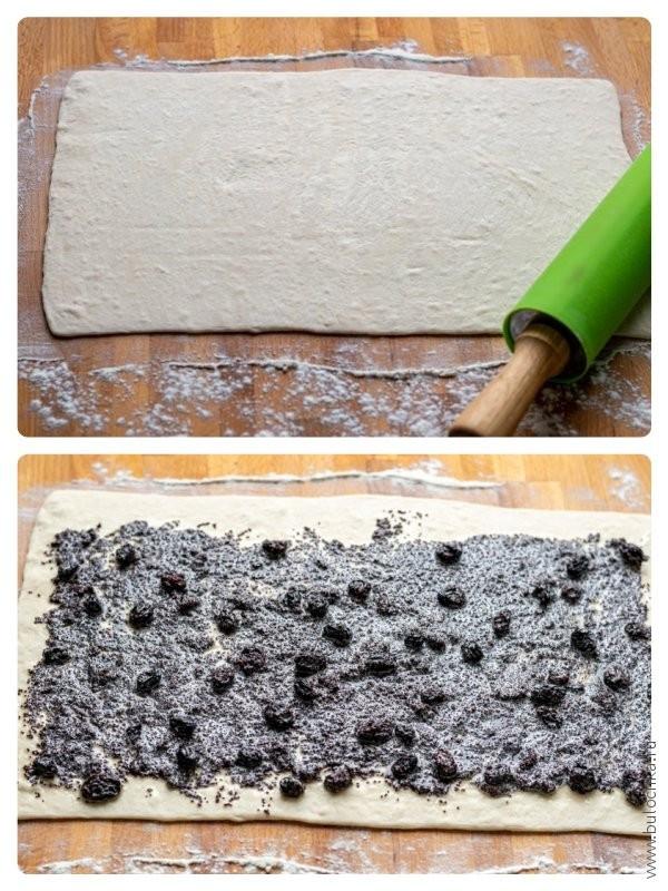 Раскатываем пласт слоёного дрожжевого теста до 3-4 мм и выкладываем маковую начинку