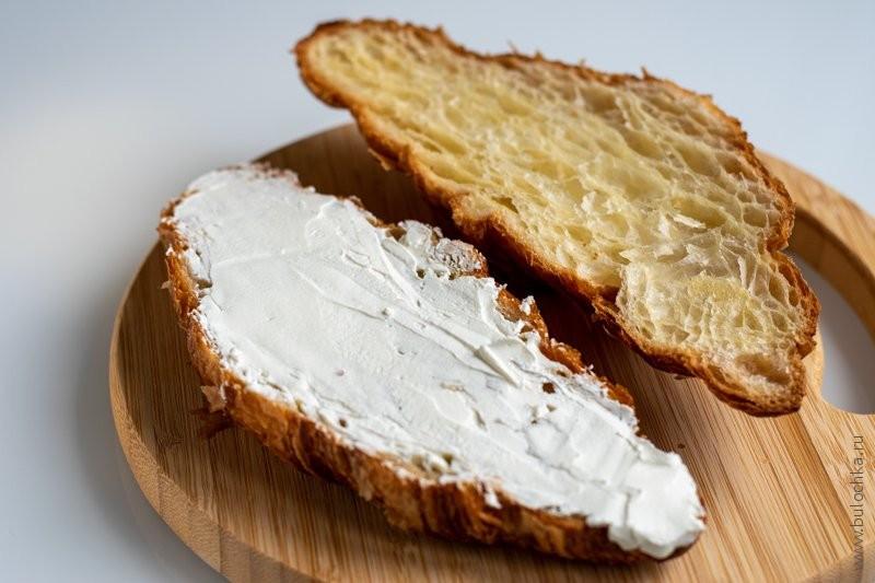 Круассан с сёмгой и сливочным сыром — наносим сливочный сыр тонким слоем