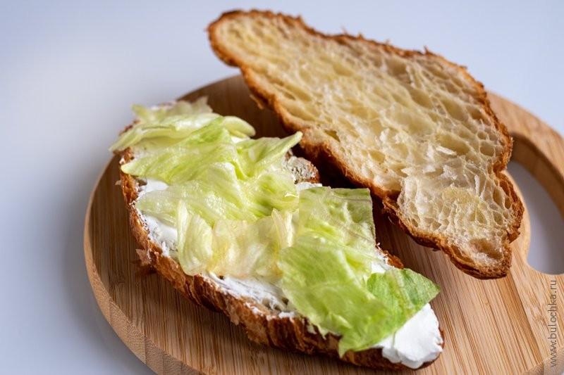Круассан с сёмгой и сливочным сыром — на сыр выкладываем листья салата