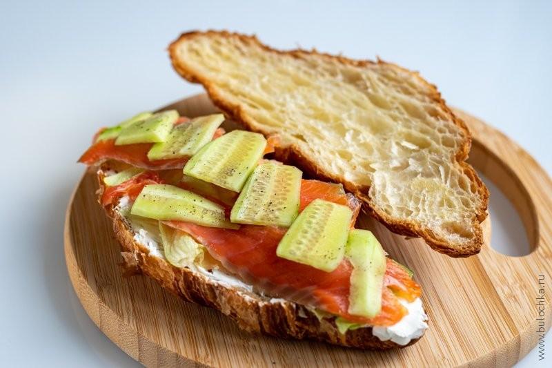 Круассан с сёмгой и сливочным сыром — выкладываем сверху порезанный тонко огурец, солим, перчим
