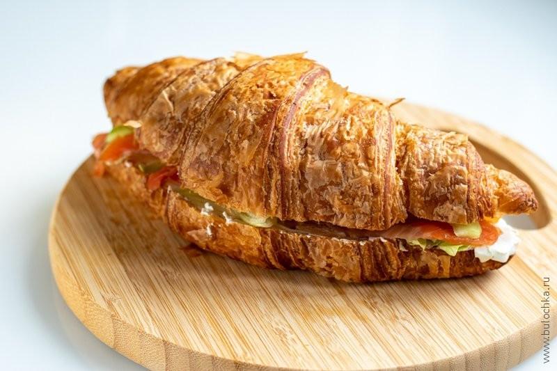 Круассан с сёмгой и сливочным сыром — собираем круассан, накрывая второй половиной