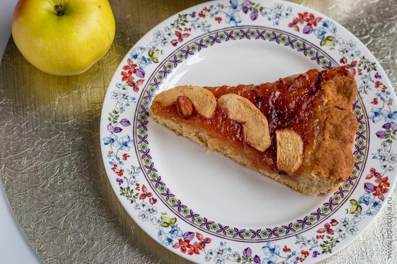 Кусок сдобного пирога с вареньем — рецепт с фото