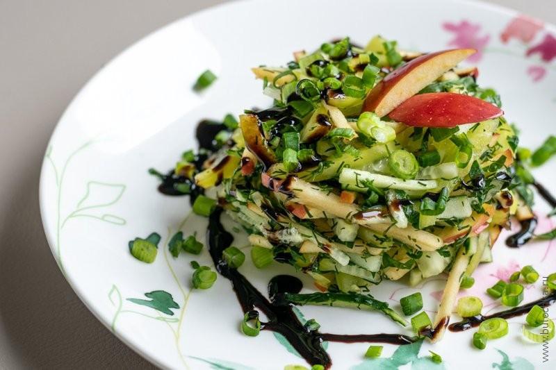 Готовый салат с огурцом, яблоком, сладким перцем и зеленью