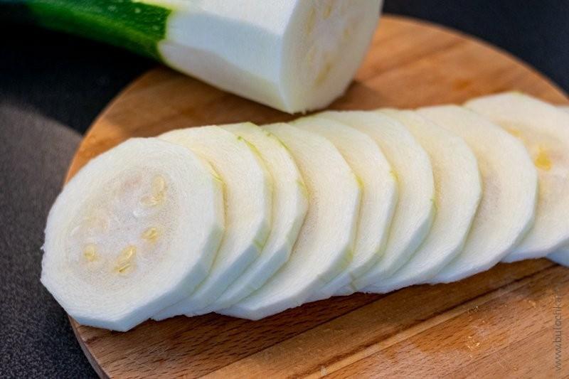 Яичница с кабачками — чистим и нарезаем кабачки